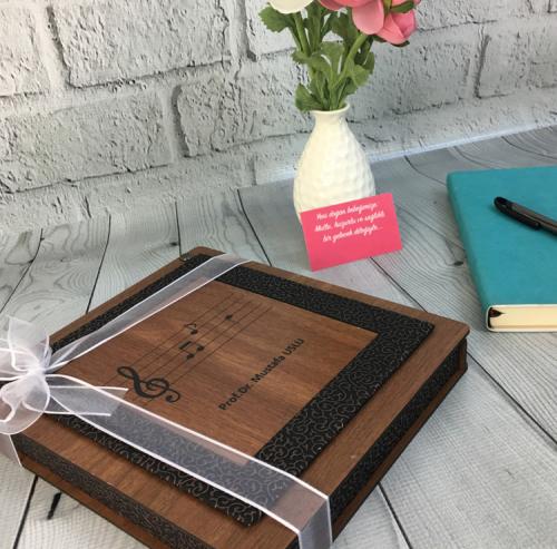 Öğretmene Hediye Notalı Ahşap Kutuda Çikolata